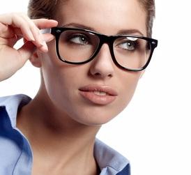 Femme portant des lunettes et s'apprêtant à les enlever